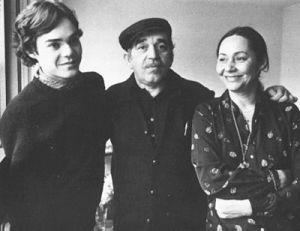 ১৯৮২ সালে প্যারিসে পুত্র গনজালো ও স্ত্রী মারসিডেস-এর সঙ্গে মার্কেস